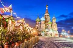 Noël à Moscou Grand dos rouge à Moscou photographie stock libre de droits