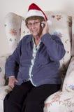 Noël aîné mûr d'entretien de téléphone portable de femme Photos libres de droits