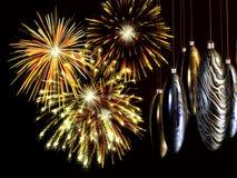 Noël, années neuves de carte, feux d'artifice avec des babioles sur le fil. Photographie stock