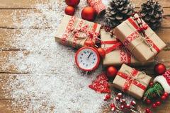 Noël avec des boîte-cadeau au-dessus de fond en bois images stock