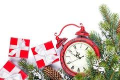 Noël avec le réveil, l'arbre et les cadeaux Photo stock