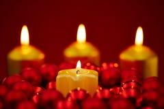 Noël avec quatre bougies brûlantes Photos libres de droits