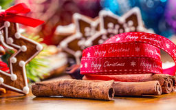 Noël Biscuits faits maison de pain d'épice de Noël avec de diverses décorations Noël heureux de ruban rouge Image stock