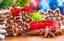 Noël Biscuits faits maison de pain d'épice de Noël avec de diverses décorations Noël heureux de ruban rouge Images libres de droits