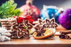 Noël Biscuits faits maison de pain d'épice de Noël avec de diverses décorations Noël heureux de ruban rouge Photos stock