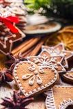 Noël Biscuits faits maison de pain d'épice de Noël avec de diverses décorations Noël heureux de ruban rouge Images stock