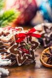 Noël Biscuits faits maison de pain d'épice de Noël avec de diverses décorations Noël heureux de ruban rouge Photos libres de droits