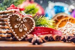 Noël Biscuits faits maison de pain d'épice de Noël avec de diverses décorations Noël heureux de ruban rouge Photo stock