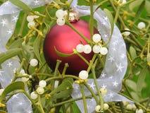 Noël blanc de ruban de babiole rouge fraîche en gros plan de gui image stock