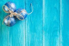 Noël bleu avec des boules de Noël Images libres de droits