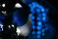 Noël bleu de mery de bokeh de guirlande de jouet de Noël Photographie stock libre de droits