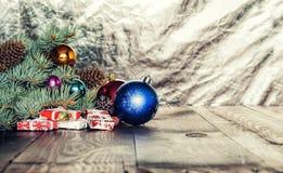 Noël, boules de Noël, boîte-cadeau, nouvel fourrure-arbre velu du ` s d'année, nouvelle année image stock