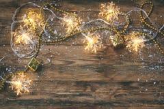 Noël, carte de voeux de nouvelle année, guirlande, perles d'or, cadeau b Images stock