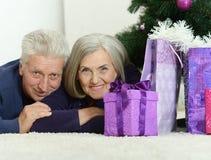 Noël celibrating de couples supérieurs Photo libre de droits