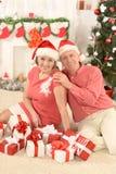 Noël celibrating de couples supérieurs Photos stock