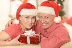 Noël celibrating de couples supérieurs Photographie stock