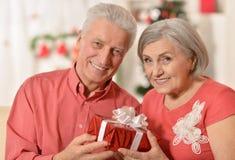 Noël celibrating de couples supérieurs Photographie stock libre de droits