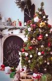 Noël confortable mignon a décoré le coin intérieur avec l'arbre Images libres de droits