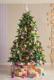Noël a décoré l'arbre de sapin avec des cadeaux Image stock