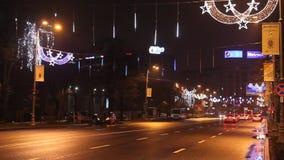 Noël a décoré la rue à Bucarest banque de vidéos