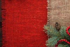 Noël a décoré la vue supérieure de toile de jute de fond rouge de nappe photographie stock libre de droits