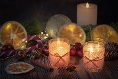 Noël a décoré les bougies brûlantes sur le fond rustique en bois avec la décoration de Noël Photo libre de droits
