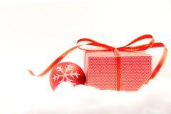 Noël décoratif avec le boîte-cadeau et le flocon de neige rouges Joyeux Noël et bonne année 2018 Image libre de droits
