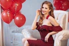 Noël de attente de belle jeune femme à la maison images stock