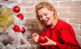 Noël de attente Détente heureuse de femme près de l'arbre de Noël Choses que vous devez faire avant début de célébration de vacan images stock