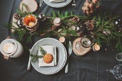Noël de fête et la nouvelle année ajournent l'arrangement dans le style scandinave avec les détails faits main rustiques dans des image stock
