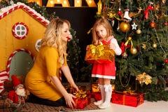 Noël de famille Mère et fille Image libre de droits