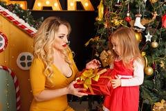 Noël de famille Mère et fille Photo libre de droits