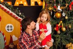 Noël de famille Père et fille Photos stock