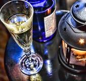 Noël de nouvelle année Champagne en verres et dans une bouteille, une lanterne de Noël avec une bougie brûlante sur la table de f Photos stock