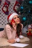 Noël en attendant de belle fille Photographie stock
