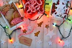 Noël enveloppant des approvisionnements et des lumières Image stock