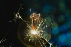 Noël et la nouvelle année font la fête le cierge magique avec les lumières de Noël circulaires abstraites de fond de bokeh Image stock