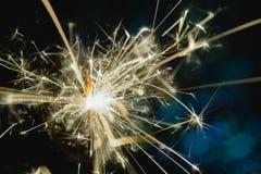 Noël et la nouvelle année font la fête le cierge magique avec les lumières de Noël circulaires abstraites de fond de bokeh Photos libres de droits