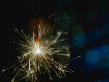 Noël et la nouvelle année font la fête le cierge magique avec les lumières de Noël circulaires abstraites de fond de bokeh Photo libre de droits