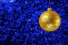 Noël et la nouvelle année joue des décorations sur le fond vibrant de scintillement image libre de droits