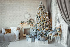Noël et la nouvelle année ont décoré la pièce intérieure Photo libre de droits