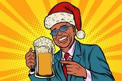 Noël et an neuf Homme avec une tasse de mousse de bière Africain Ame Images stock