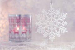 Noël et un flocon de neige Bougie de Noël avec l'ornement et les flocons de neige de cerfs communs Foyer sélectif Image stock