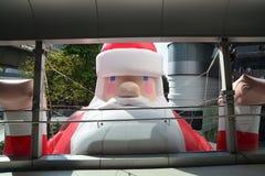 Noël Eve Santa Claus donnant des cadeaux Photos libres de droits