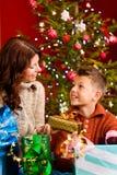 Noël - famille avec des cadeaux sur Noël Eve image stock