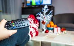 Noël Femme regardant la TV photos libres de droits