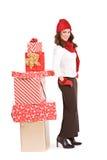 Noël : Femme Standying d'hiver par la pile de cadeaux Images stock