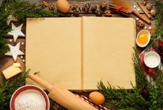 Noël - fond de gâteau de cuisson avec des ingrédients de la pâte Image stock
