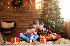 Noël heureux - enfants avec le cadeau de Noël Images stock