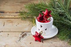 Noël joue les étoiles rouges dans le chandelier blanc sur a Photos stock
